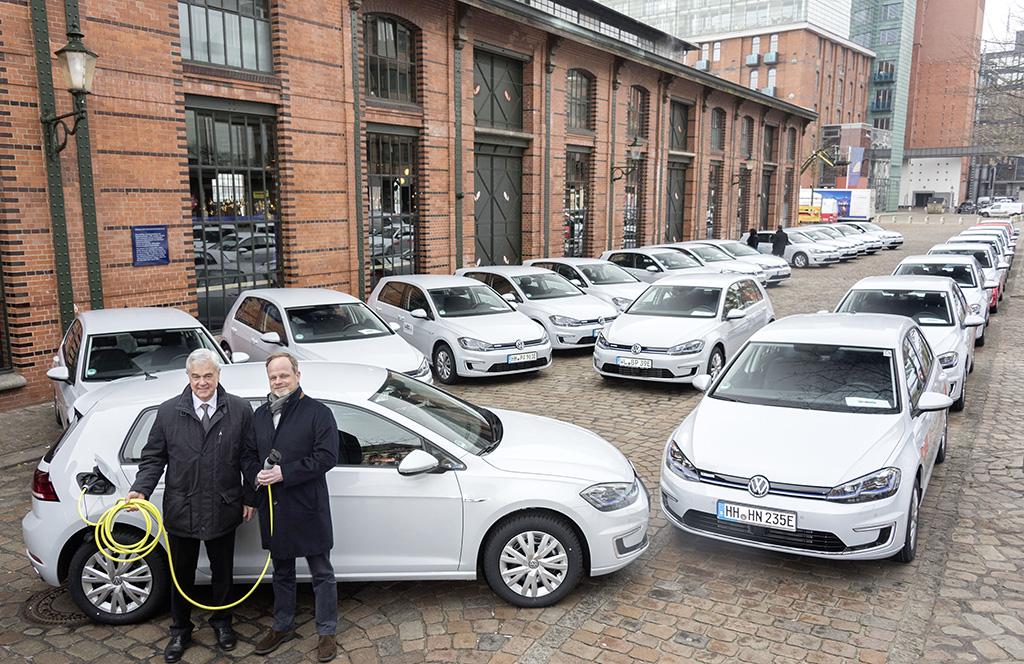 Volkswagen Konzern engagiert sich für Einsatz von Elektro-Autos: 50 e-Golf1 in Hamburg übergeben