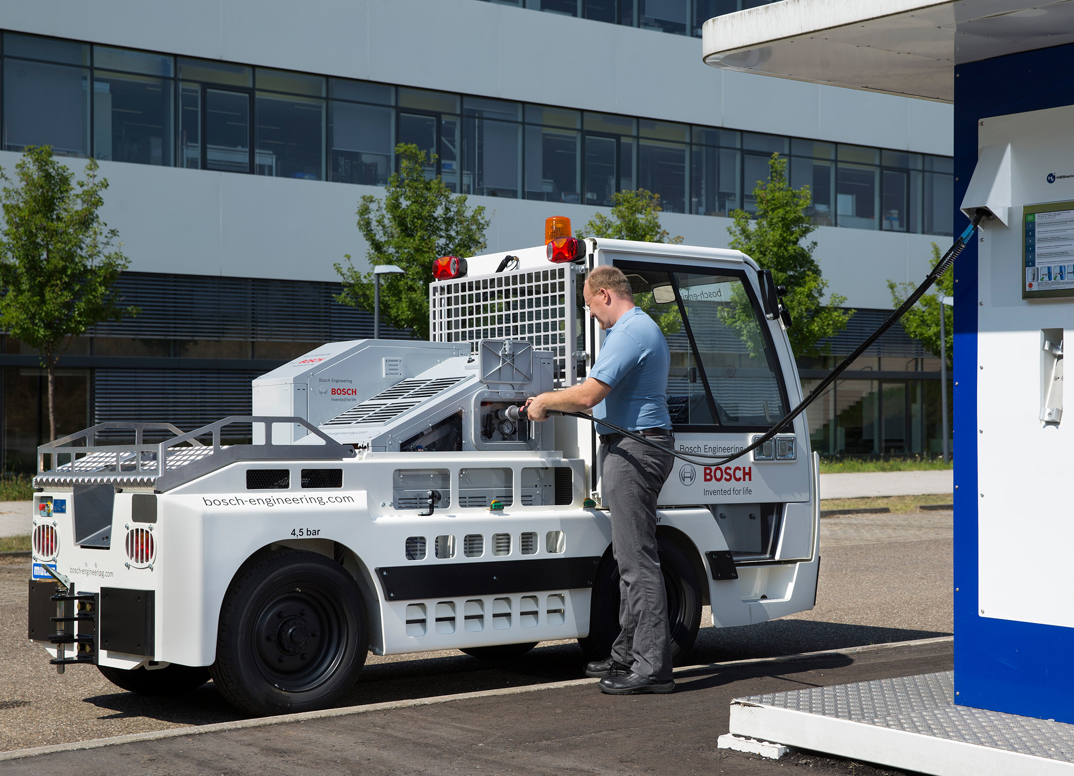 Airport baggage towing vehicle with fuel cell power train