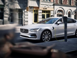 Charging the twin engine Volvo S90 T8