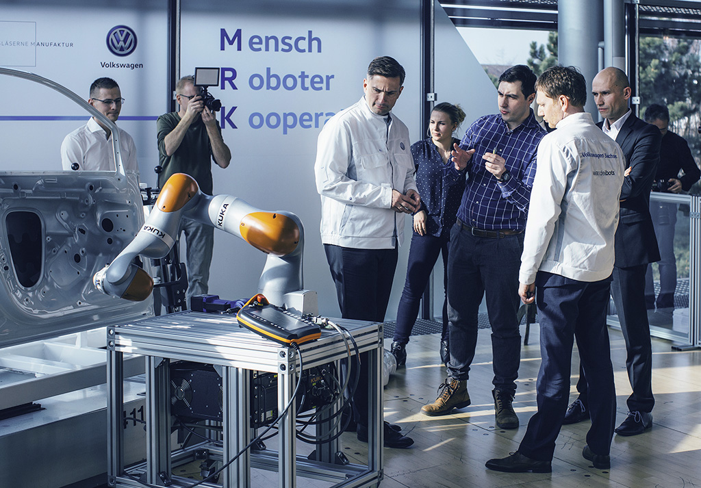 Innovative Sensorjacke trainiert Industrieroboter: Gläserne Manufaktur vereinbart Zusammenarbeit mit Dresdner Startup Wandelbots