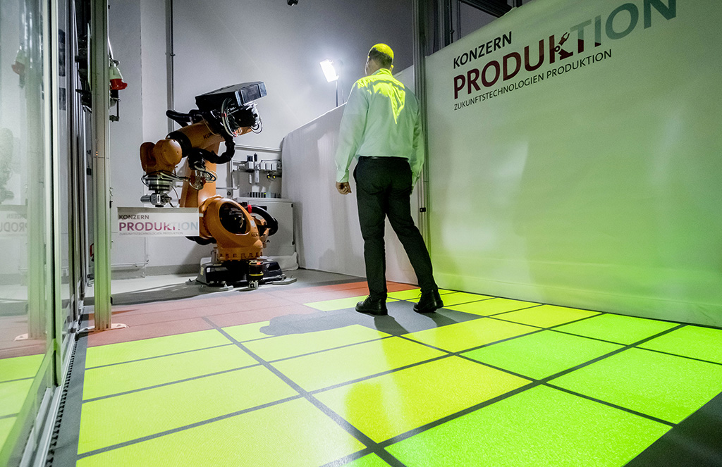 Bislang einzigartiger Prototyp im Volkswagen Konzern: Mensch und Industrieroboter arbeiten ohne starre Schutzzäune zusammen