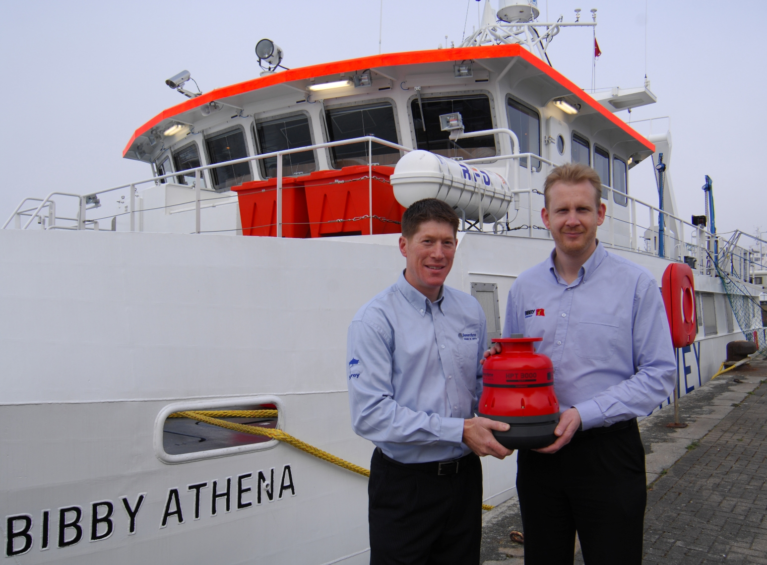 Seabed survey vessel equipped with acoustic positioning