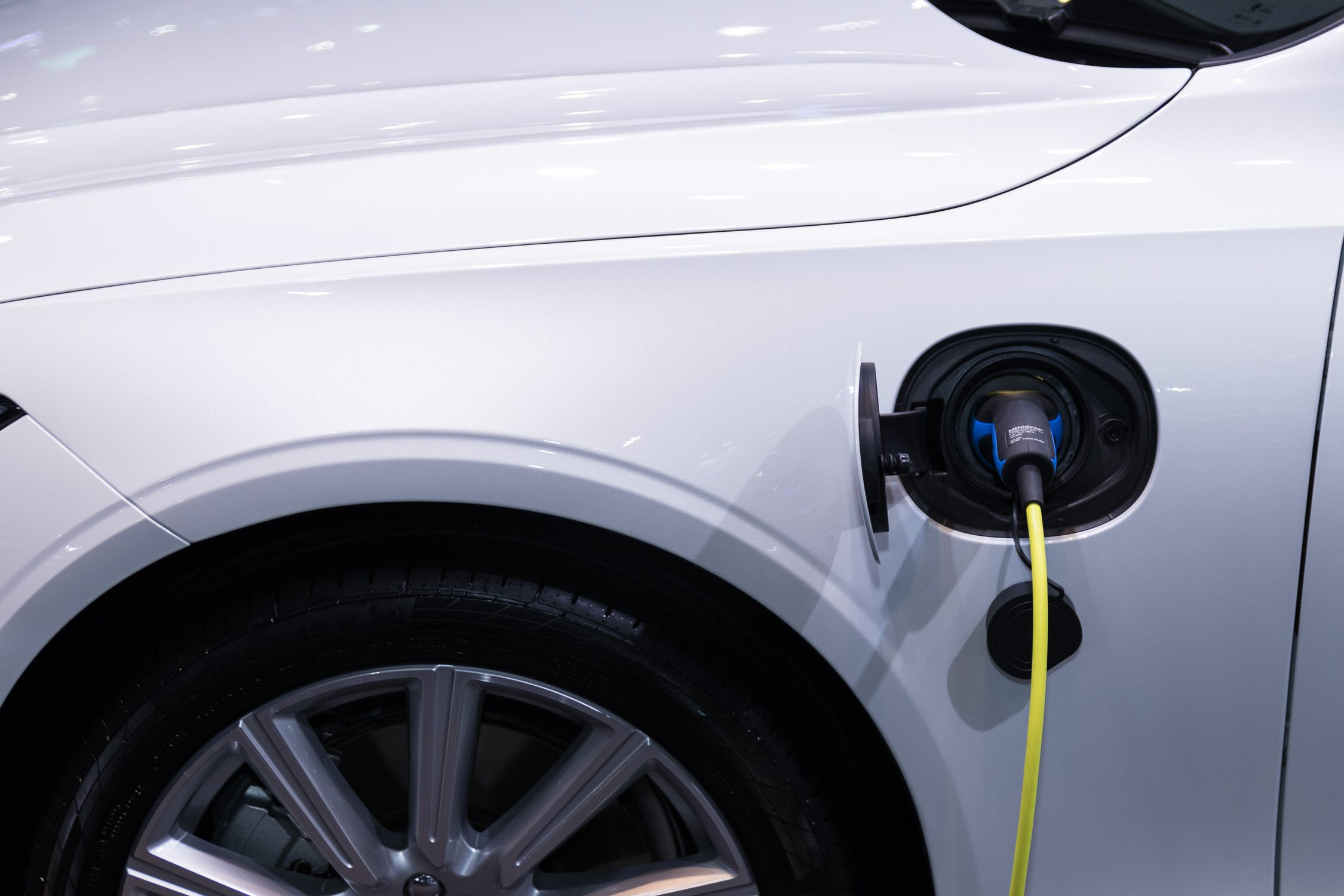 Current calibration system eliminates thermal EMF effects in electric vehicles