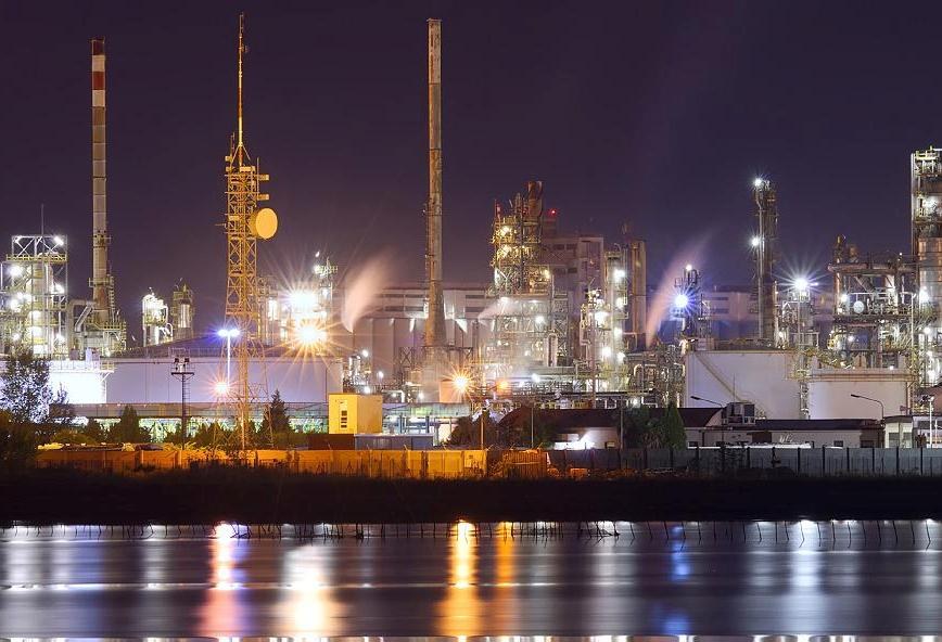 Dust protected luminaires illuminate petrochemical facilities