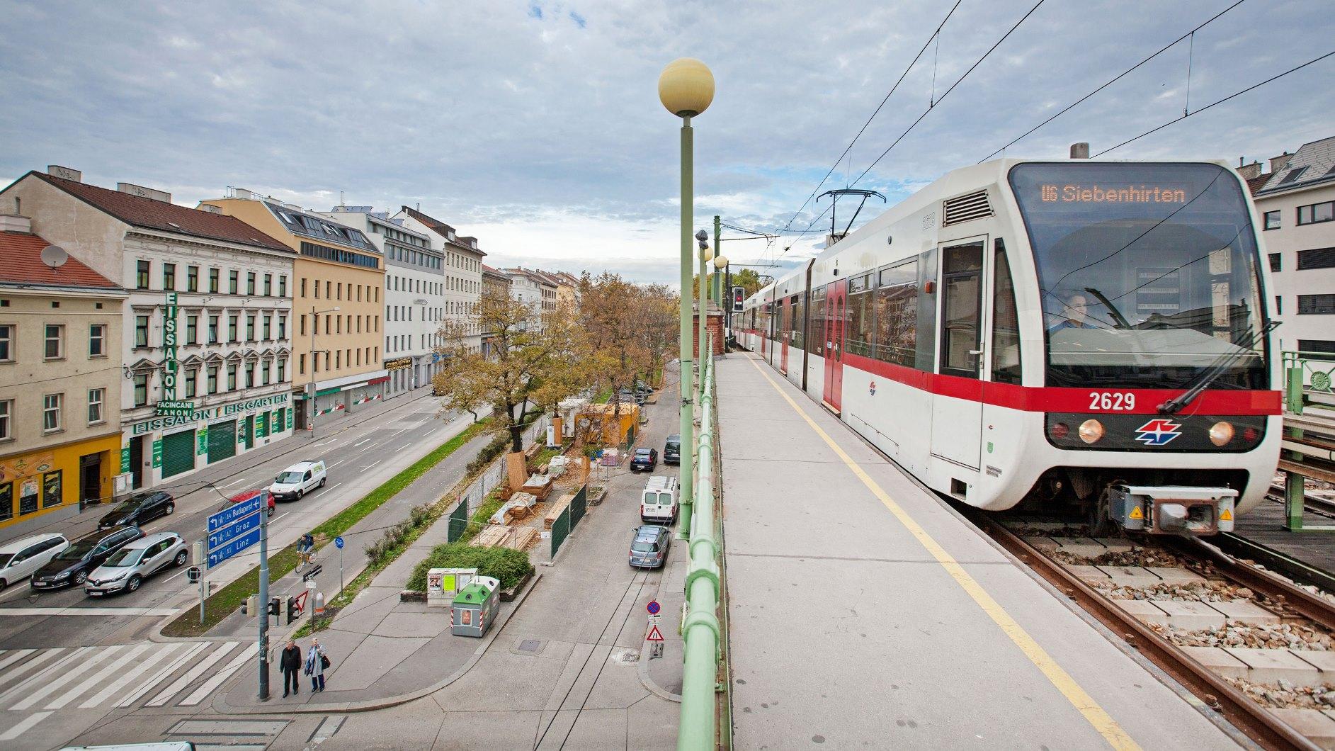 Low floor mass transit cars run from Floridsdorf to Siebenhirten