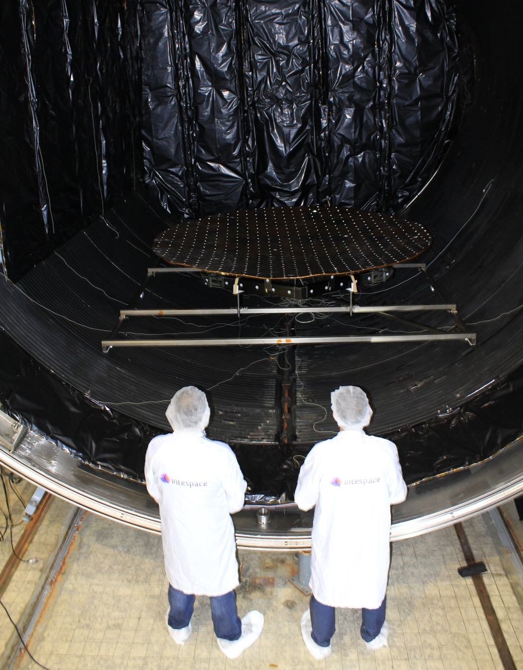 Thermal vacuum chamber for large space equipment